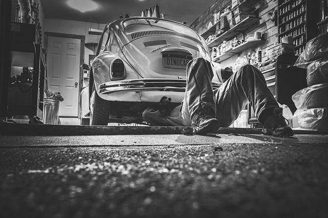 automechanik v garáži