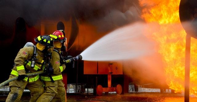 Dvaja hasiči hasia požiar