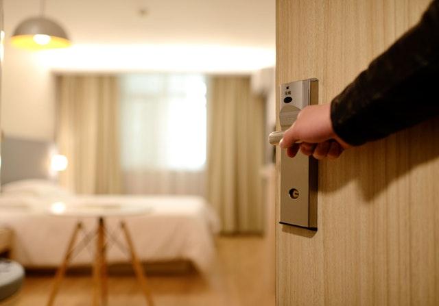 otevřeno do hotelového pokoje