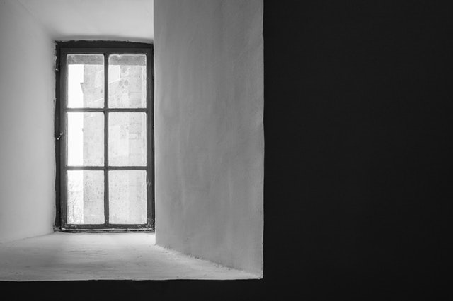 staré okno v stene