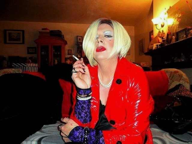 Prostitútka, make-up, cigareta