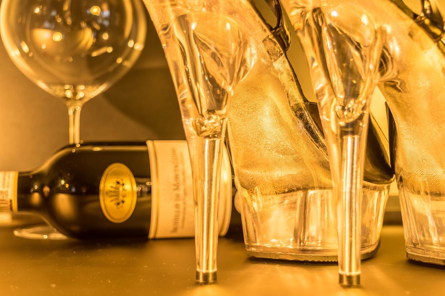 topánky na podätkoch, fľaša vína